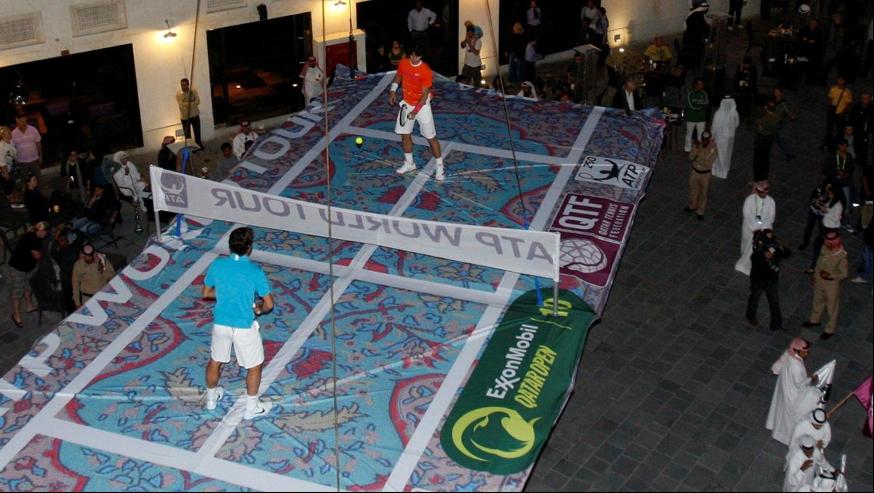 Roger Federer et Rafael Nadal disputent une exhibition sur un tapis volant à Doha