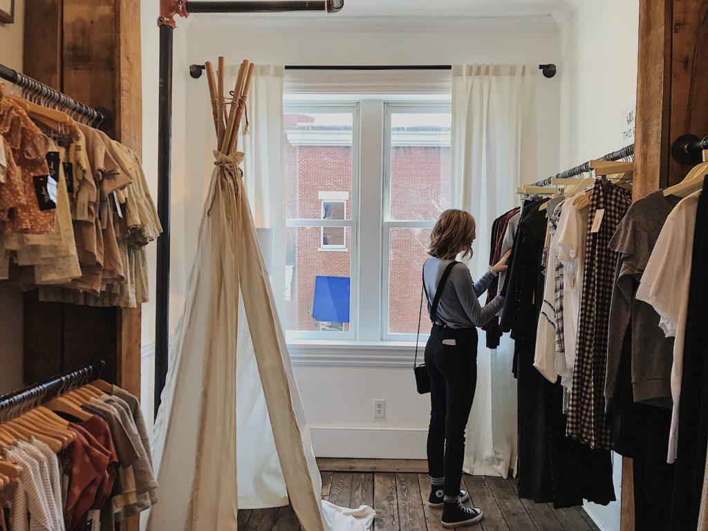 Femme cherchant des vêtements